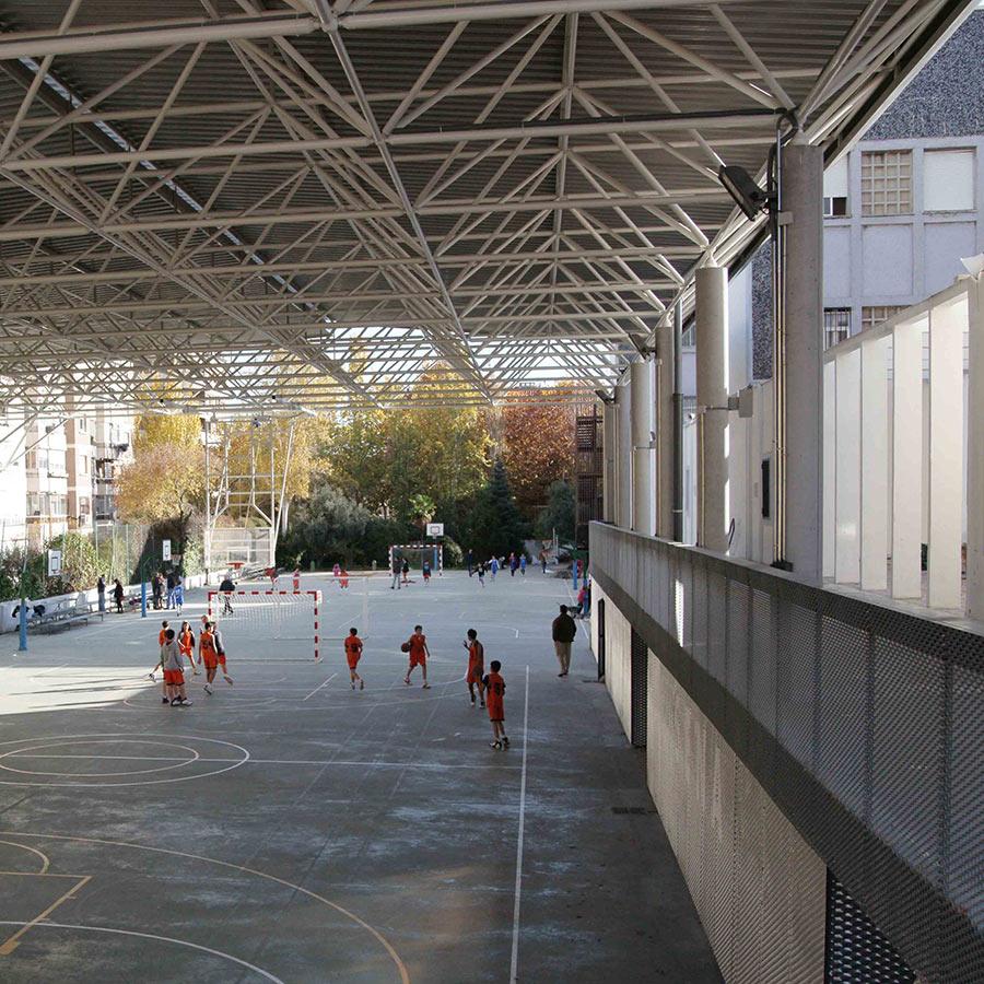 Porche multifuncional. Colegio Santa Catalina de Sena. Madrid